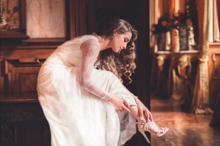 白色裙子礼服 高跟鞋 卷发美女4K超高清壁纸精选