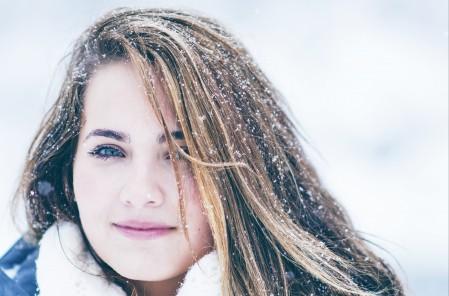 冬天 雪 女孩 微笑 4K美女高端电脑桌面壁纸