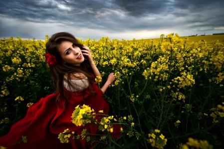 油菜花 棕色头发女孩 红色裙子 4K美女摄影高端电脑桌面壁纸