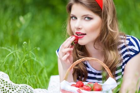 女孩 自然 草莓 草 4K美女超高清壁纸精选