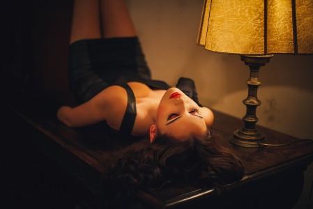 晚上 房间 桌子 台灯 黑发女孩 性感姿势 4K美女高端电脑桌面壁纸