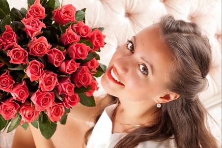 美女 妆眼 微笑 玫瑰花 4K高端电脑桌面壁纸