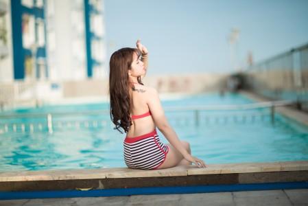 泳池的比基尼美女5K超高清壁纸精选