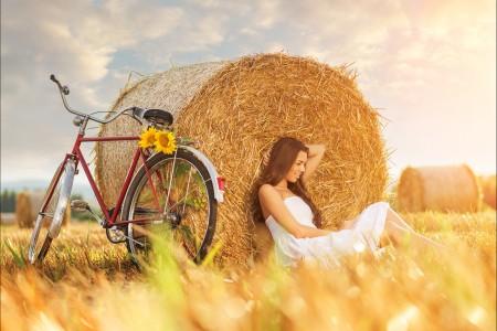 干草堆栈的女孩 自行车 穿白色裙子美女5K超高清壁纸精选