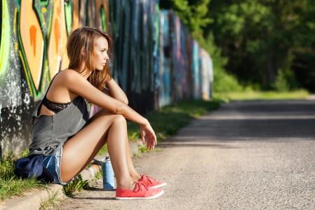 夏天 牛仔短裤美女 道路 坐着 4K图片