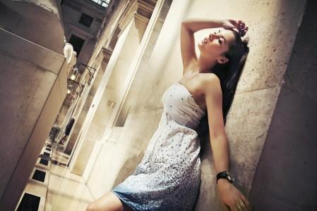 过道 性感礼服美女姿势4K超高清壁纸精选