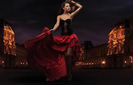 俄罗斯城市街头穿红礼服裙的女郎4K超高清壁纸精选