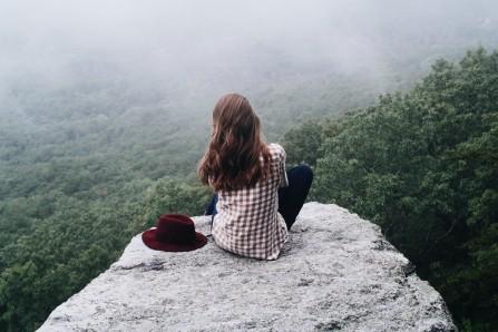 坐在山顶石头上的美女摄影6k图片
