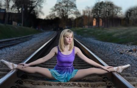 芭蕾舞女演员一字马 铁路 金发碧眼美女4k超高清壁纸精选