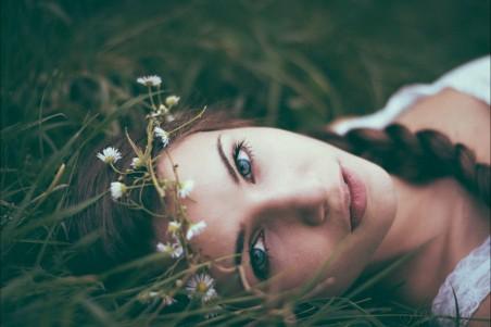 黑发 花圈 躺在草地上的美女4k高清壁纸极品游戏桌面精选