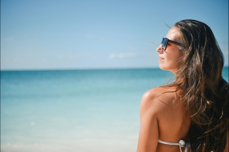 沙滩 阳光 美女性感背部 太阳镜 4k高端电脑桌面壁纸