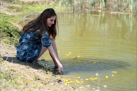 女孩 鲜花 湖水 4K美女图片