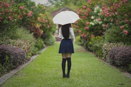 女孩 公园 伞 裙子 腿 6k美女图片