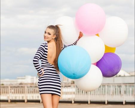 气球 美女回眸一笑 5k美女图片