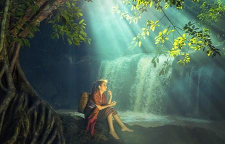 美丽的森林瀑布阳光女孩图片