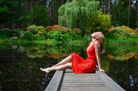 湖 户外 夏天 休闲 红色裙子美女 4k超高清壁纸推荐