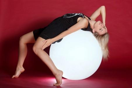 美女和白色的球5K创意高清高端电脑桌面壁纸