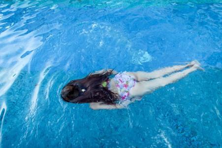 游泳的美女5k图片