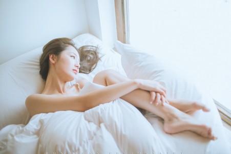 妮妮 呼吸小木屋里阳光的味道 床上温馨写真摄影图片