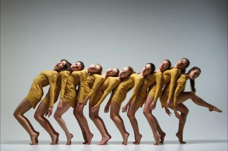 一群现代芭蕾舞美女演员4K高端电脑桌面壁纸