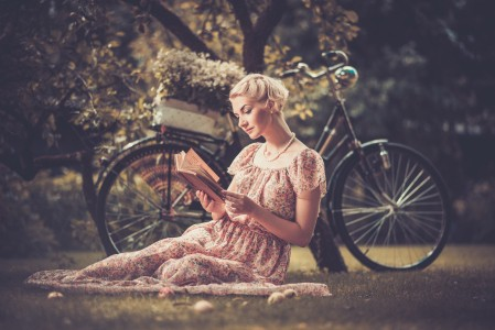 复古女孩,金发,发型,自行车,公园,草地,树林,风景人物图片