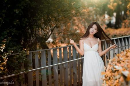 长发白色裙子美女4k高端电脑桌面壁纸图片