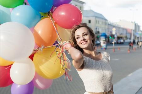 城市 街道 穿裙子的美女 气球 微笑 4k高端电脑桌面壁纸