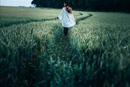 农场作物 草 户外 牧场 美女人物4k图片