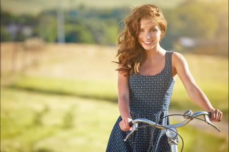 女孩 幸福 自行车 微笑 5K美女超高清壁纸精选图片