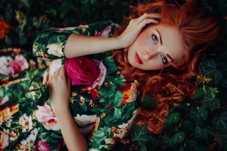 草丛 玫瑰花 斑点美女4k图片