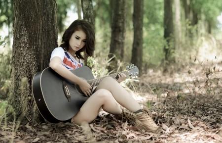 林中女孩吉他音乐4K图片