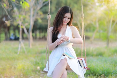 夏天公园,秋千,漂亮裙子长头发美女,书,图片