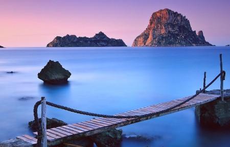 蓝色大海 天空 岩石 平静的海洋 沙滩 铁索桥 3440x1440高端电脑桌面壁纸
