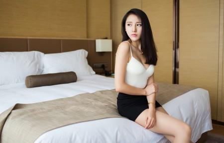美女模特 白色内衣 黑色短裙 刘奕宁Lynn 4K美女高端电脑桌面壁纸