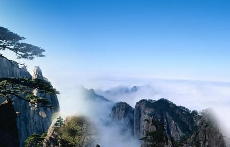 云雾中的黄山迎客松3440x1440高端电脑桌面壁纸