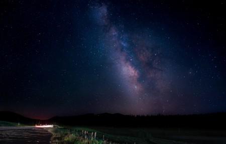 夜晚,星星,路,树,星空4k高端电脑桌面壁纸