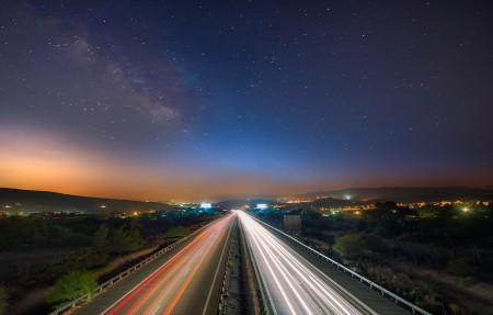 利马索尔市塞浦路斯 高速公路 银河系 天空 3840x2160星空风景高端电脑桌面壁纸