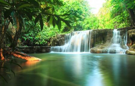 阳光 绿色 溪流 瀑布 泰国 热带 森林 4K超高清壁纸精选