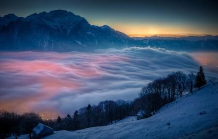 山 日出 雪 小屋 雾 树木 房屋 天空 自然 4K风景高端电脑桌面壁纸