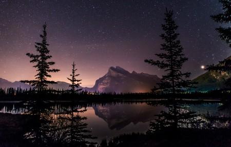 班夫国家公园 湖的平静水域的星空背景3840x2160高端电脑桌面壁纸