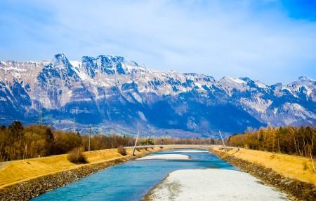 瑞士 奥地利 列支敦士登三边界附近匿名的山风景 4K高端电脑桌面壁纸