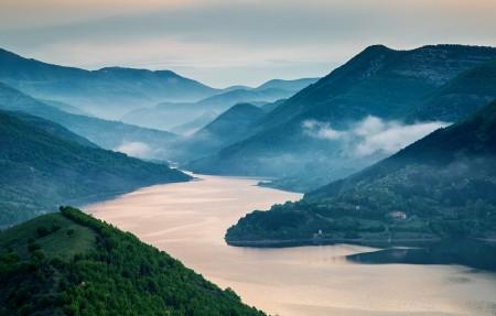 雾蒙蒙的日出,山川河流风景3840x2160高端电脑桌面壁纸