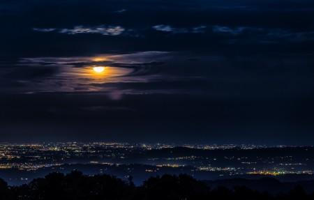 晚上 月亮 云 城市 4K风景高端电脑桌面壁纸