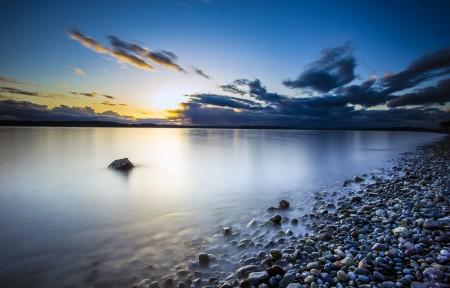 海滩 鹅卵石 天空 4K风景高端电脑桌面壁纸