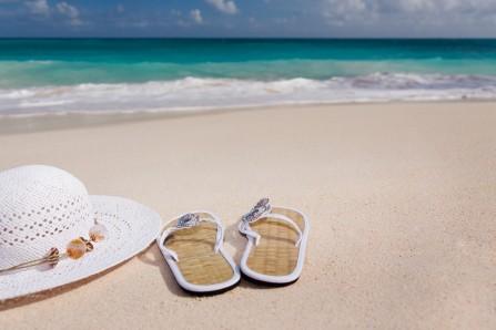 海滩 女性 人字拖鞋 帽子 度假 休闲 蓝色海洋5K风景高端电脑桌面壁纸