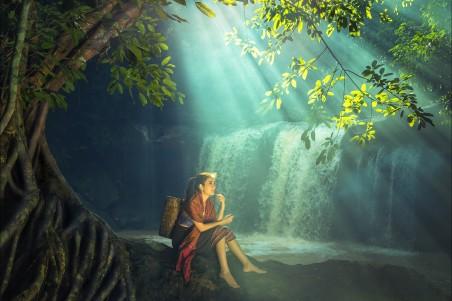 森林 树木 瀑布 阳光 美丽姑娘 竹框 4K风景美女高端电脑桌面壁纸