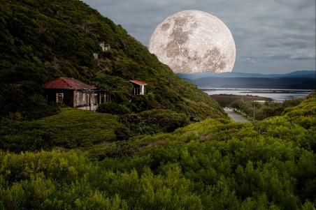 村落 小房 山角下 月亮 4K高端电脑桌面壁纸