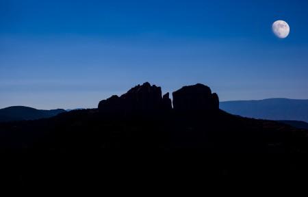 夜晚 山 天空 月光 4K风景高端电脑桌面壁纸