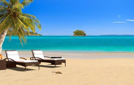 椰树 热带 海水 沙滩 躺椅 4K风景高端电脑桌面壁纸