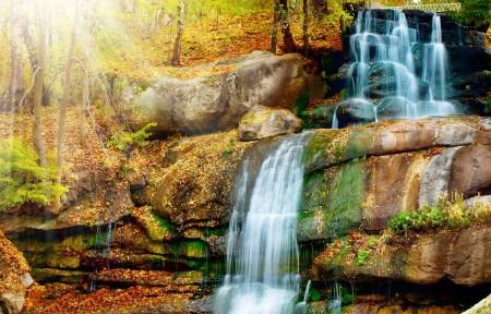 秋季森林公园 小溪 瀑布 4K风景高端电脑桌面壁纸